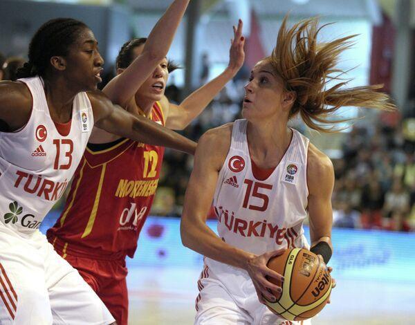 Игровой момент баскетбольного матча Турция – Черногория