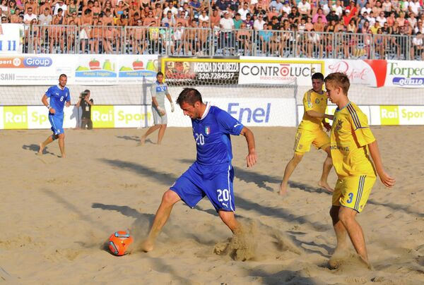 Игровой момент матча Италия - Украина