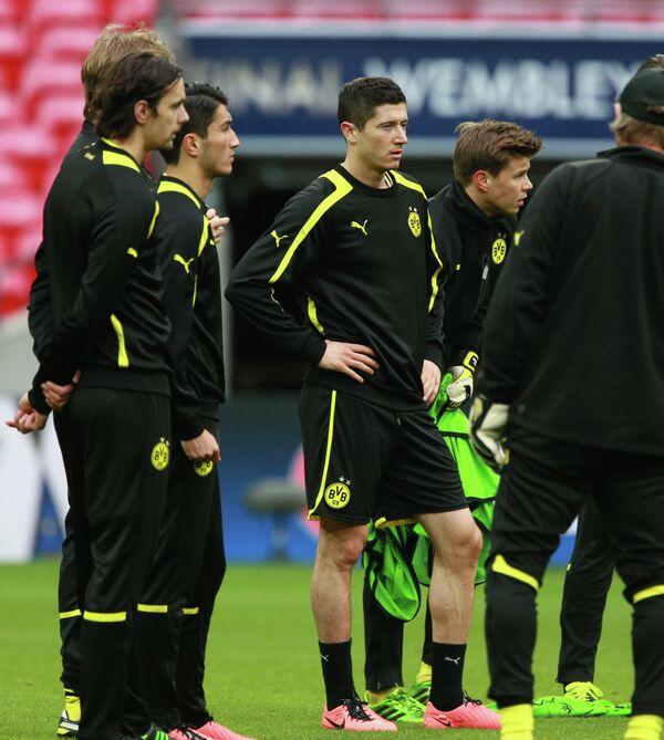 Нападающий ФК Боруссия (Дортмунд, Германия) Роберт Левандовски (в центре)