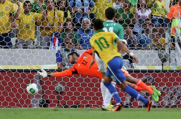 Игровой момент матча Бразилия - Мексика
