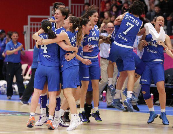 Игровой момент баскетбольного матча Черногория - Италия