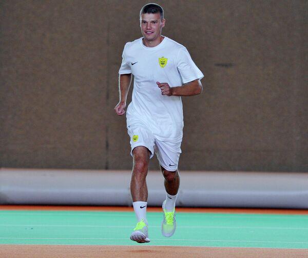 Футболист Игорь Денисов во время первой тренировки в своем новом клубе ФК Анжи