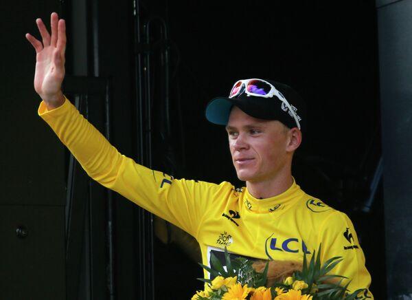 Крис Фрум из команды Sky в желтой майке лидера