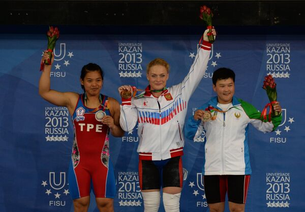 Ван-Тинг Хунг (Тайвань) - серебряная медаль, Оксана Сливенко (Россия) - золотая медаль, Манзурахон Мамасалиева (Узбекистан) - бронзовая медаль (слева направо)