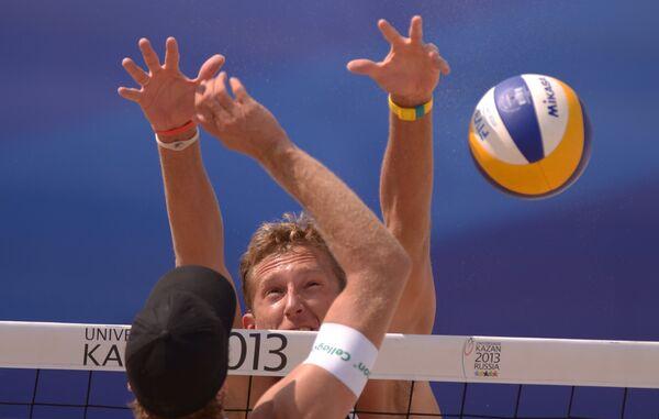 Игровой момент матча сборных России и Германии по пляжному волейболу на Универсиаде
