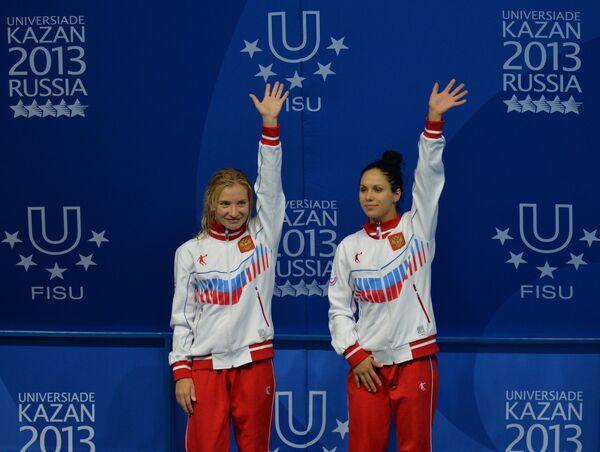 Наталья Гончарова и Юлия Колтунова (Россия), завоевавшие серебряные медали в соревнованиях по синхронным прыжкам в воду