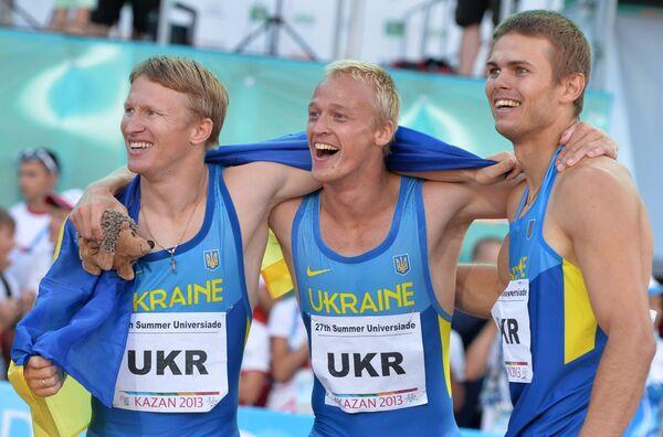 оманда сборной Украины радуется победе в финальном забеге эстафеты 4х100 м