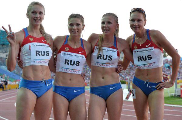 Сборная России после победы в финальном забеге эстафеты 4х400 м во время соревнований среди женщин