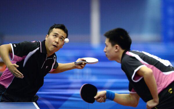 Китайцы Шанг Кун (слева) и Фанг Бо в финальном матче в парном разряде командного мужского турнира