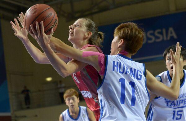 Игрок сборной Венгрии Река Балинт (слева) и игрок сборной Китайского Тайбея Хуан Пин-Джень