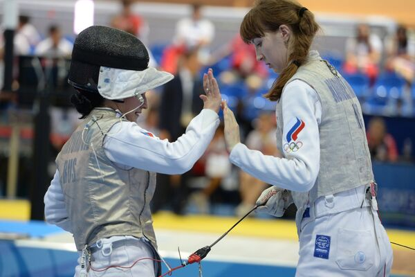 Российские спортсменки Юлия Бирюкова (слева) и Лариса Коробейникова