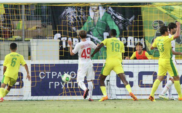 Гол в ворота ФК Локомотив забивает игрок Анжи Ласина Траоре (третий слева)