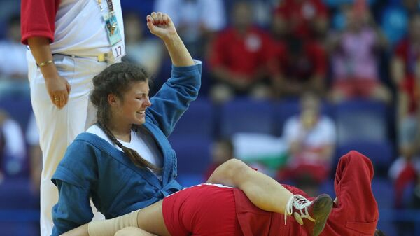 Россиянка Марина Мохнаткина (в синем) и украинка Луиза Гайнутдинова