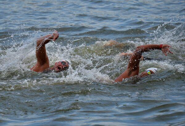 Спортсмены на дистанции 10 км на открытой воде в финальных соревнованиях по плаванию