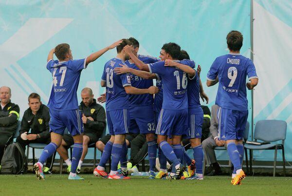 Игроки ФК Динамо радуютсмя забитому голу