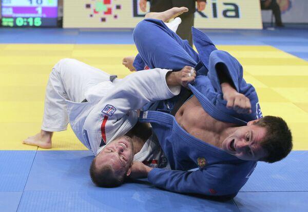 Российский спортсмен Юрий Панасенков (в синей форме) и чешский спортсмен Александр Юрека