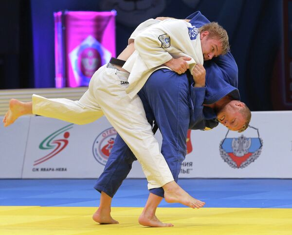 Российский Сергей Самойлович (в белой форме) и немецкий спортсмен Дмитрий Петерс