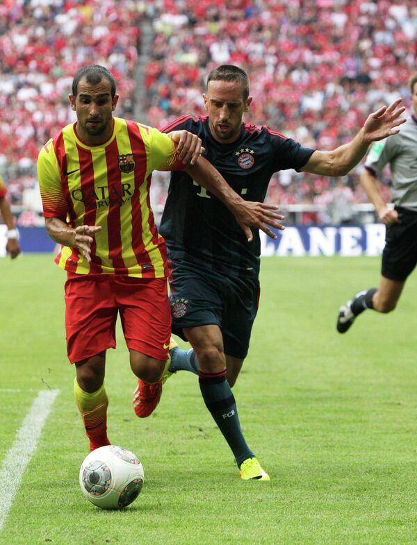 Защитник ФК Барселона Мартин Монтойя (слева) и полузащитник ФК Бавария Франк Рибери