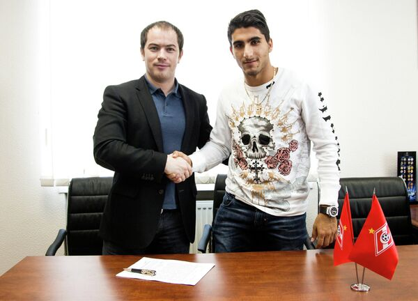 Араз Озбилиз (справа) во время подписания контракта с ФК Спартак и Роман Асхабадзе (слева)