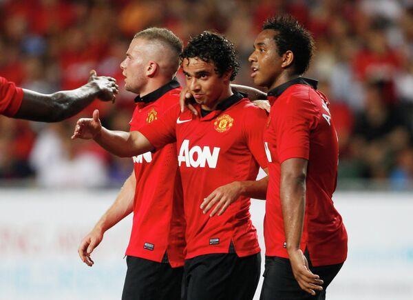 Футболисты Манчестер Юнайтед (Клеверли, Фабио, Андерсон) радуются забитому мячу в ворота гонконгского Китчи