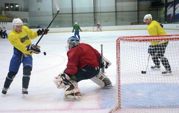 Хоккеисты Адмирала во время тренировки на учебно-тренировочном сборе