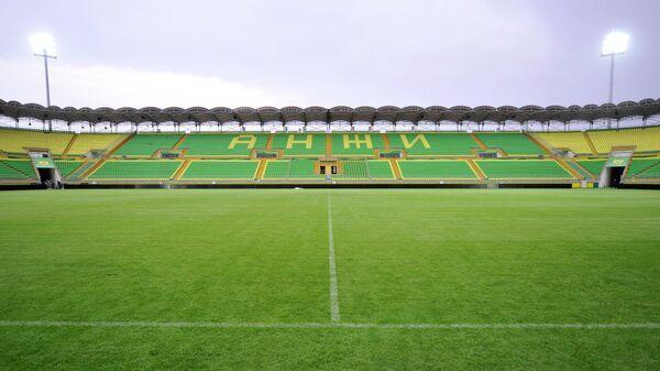 Вид на поле и трибуны стадиона Анжи-Арена в Каспийске