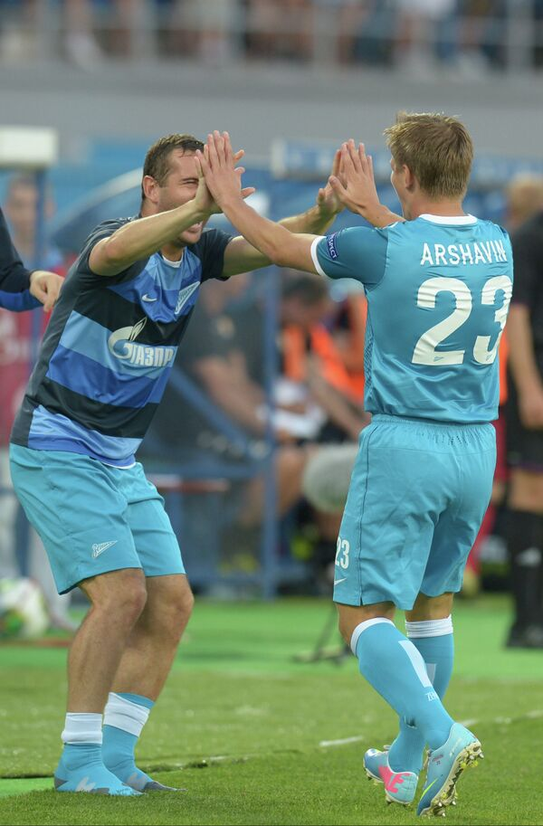 Александр Коржаков (слева) поздравляет Андрея Аршавина с забитым голом