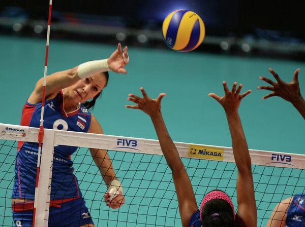 Игрок сборной России Наталья Обмочаева (слева)