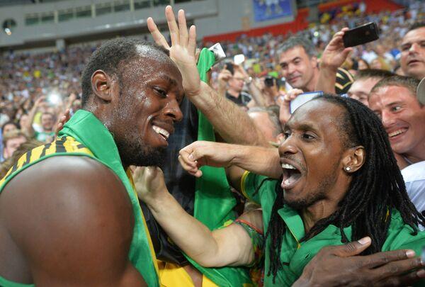 Ямайский спортсмен Усэйн Болт (слева)