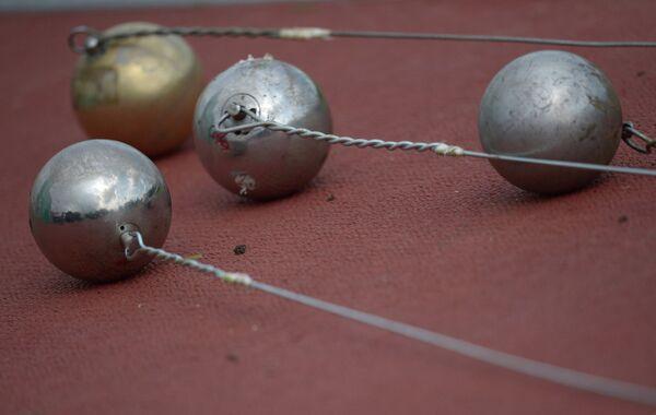Спортивные снаряды молоты на площадке для метания на международных соревнованиях