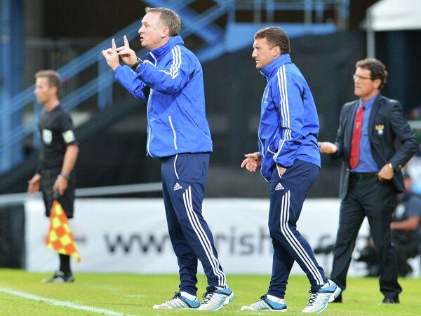 Главный тренер сборной Северной Ирландии Майкл О'Нил (слева на первом плане) и главный тренер сборной России Фабио Капелло (справа)