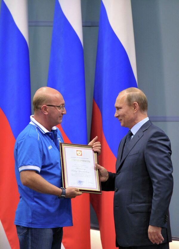 Президент России Владимир Путин (справа) вручает благодарственную грамоту первому вице-президенту клуба Динамо Павлу Бальскому
