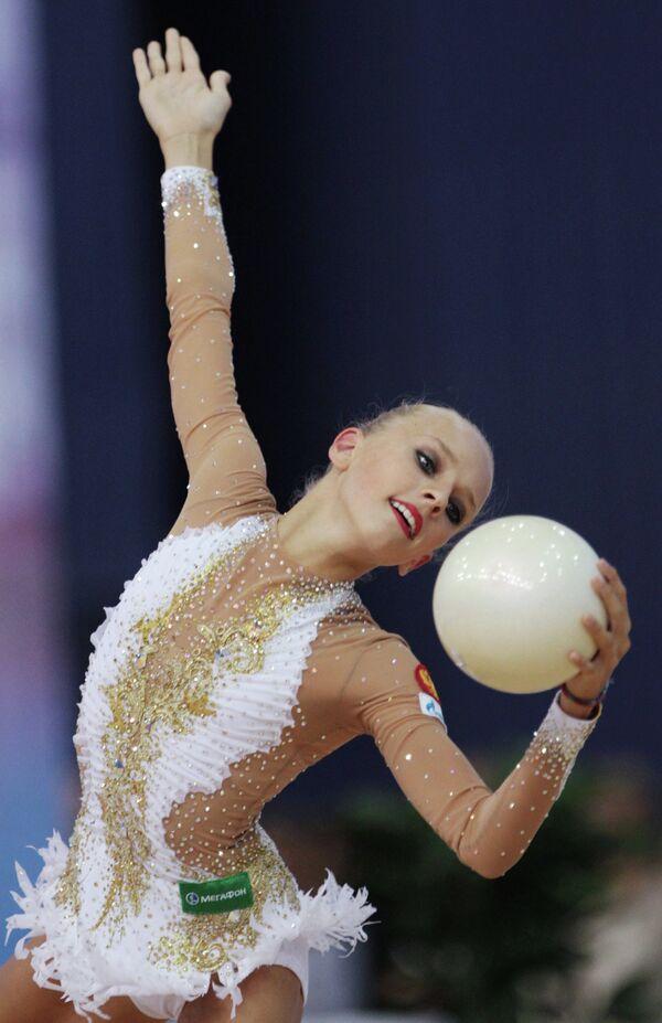 Яна Кудрявцева (Россия) выполняет индивидуальные упражнения с мячом