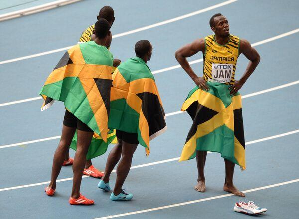 Сборная Ямайки во главе с Усэйном Болтом (справа) после финиша в финальном эстафетном забеге 4х100 м