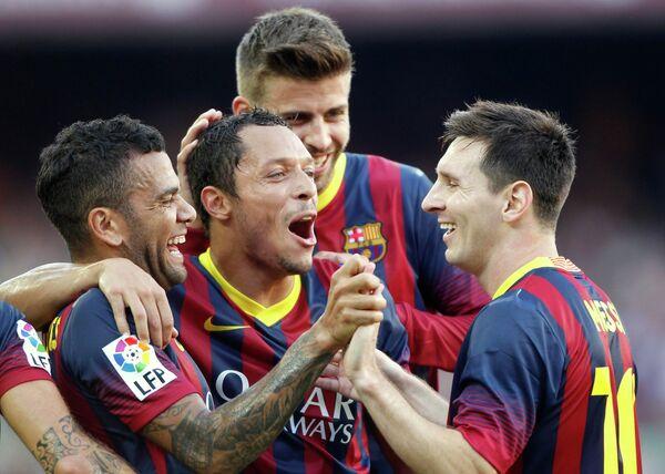Футболисты Барселоны Дани Алвес, Алексис Санчес, Жерар Пике и Лионель Месси радуются забитому мячу