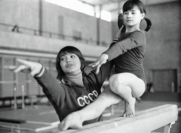 Турищева занимается с юной гимнасткой