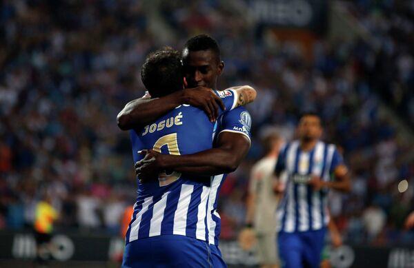 Футболисты Порту Жозуэ и Джексон Мартинес радуются мяч, забитому в ворота Маритиму