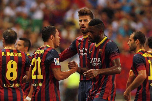 Футболисты Барселоны поздравляют Адриано (второй слева) с забитым мячом в ворота Малаги