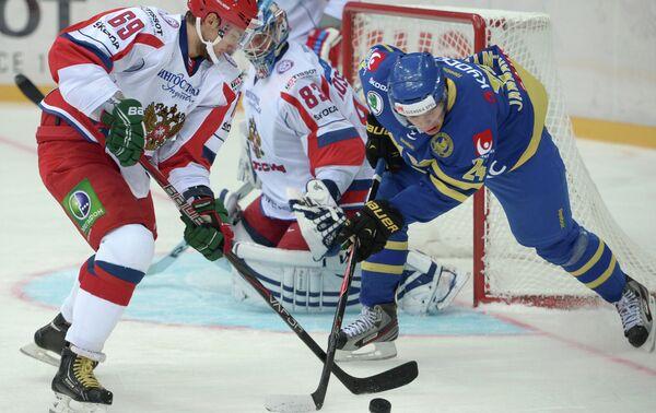 Нападающий сборной России Александр Бурмистров (слева) и нападающий сборной Швеции Маттиас Янмарк-Нюлен