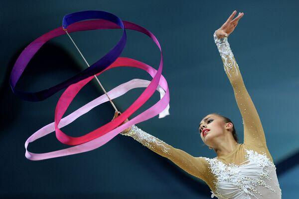 Маргарита Мамун (Россия) выполняет упражнения с лентой