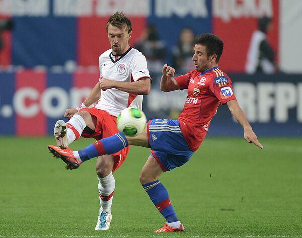 Защитник Амкара Захари Сираков (слева) и полузащитник ЦСКА Зоран Тошич