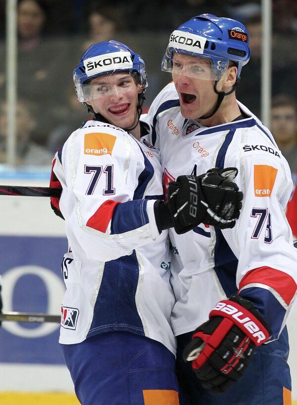 Словацкий хоккеист Юрай Микуш (слева)