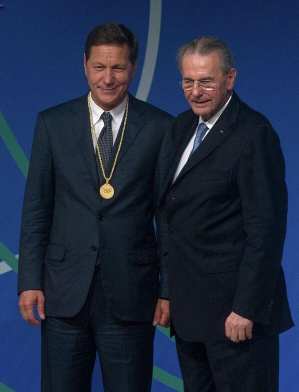 Президент Олимпийского комитета России (ОКР) Александр Жуков (слева) принимает поздравления от президента МОК Жака Рогге