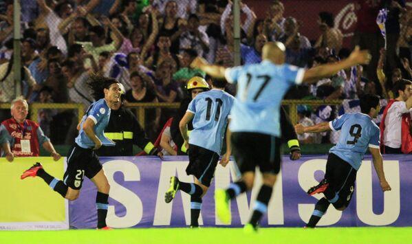 Нападающий сборной Уругвая Эдинсон Кавани празднует забитый мяч в ворота сборной Колумбии