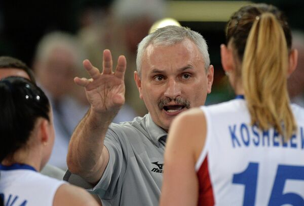 Юрий Маричев дает указания игрокам. Справа - Татьяна Кошелева