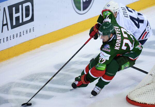 Защитник Ак Барса Константин Корнеев (на первом плане) и нападающий Металлурга Ян Коварж