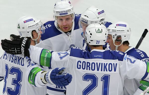 Хоккеисты Динамо радуются забитой шайбе в ворота Витязя