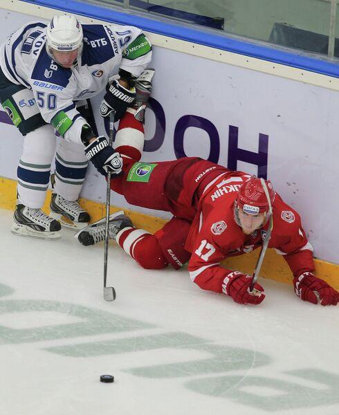 Защитник ХК Динамо Максим Соловьев и нападающий ХК Витязь Вячеслав Солодухин