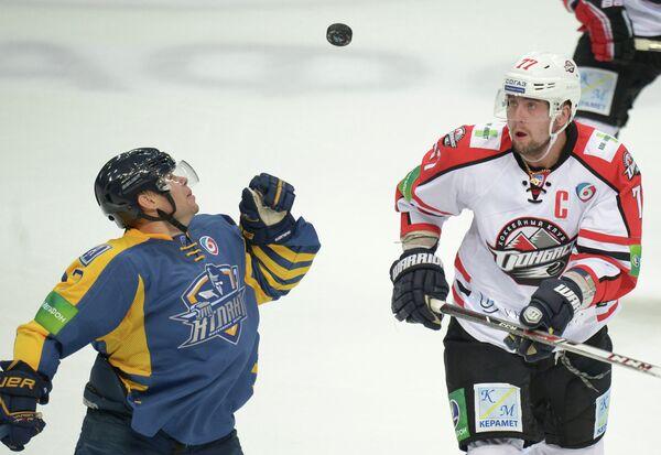 Защитник ХК Атлант Максим Великов (слева) и защитник ХК Донбасс Олег Пиганович