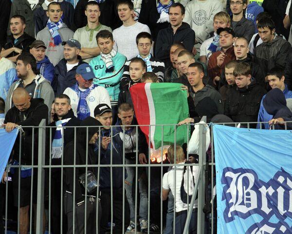 Болельщики Зенита сжигают флаг Чеченской Республики на матче 8-го тура чемпионата России по футболу